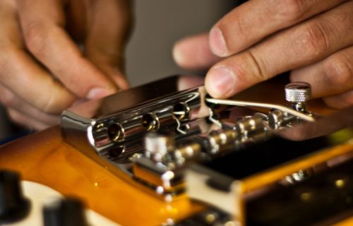 Bedini - Strumenti Musicali - Liutaio a Modena Ferrara e Rovigo - Cambio-Corde-1024x460-500x320 Riparazioni